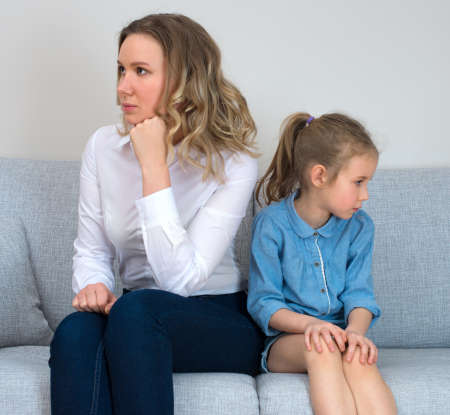 padres hablando con hijos: Madre e hija est�n en disputa. Foto de archivo