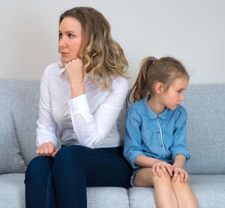 ni�os tristes: Madre e hija est�n en disputa. Foto de archivo