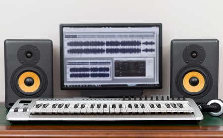 Home recording studio met professionele monitoren en midi-keyboard.