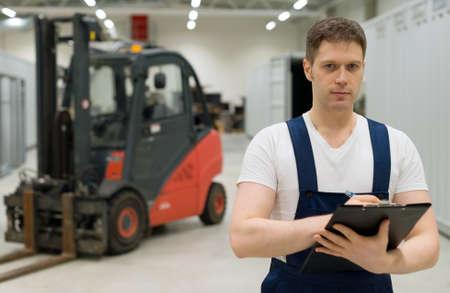 carretillas almacen: supervisor de guapo con Tablet PC en el almacén. El lugar de texto. Foto de archivo
