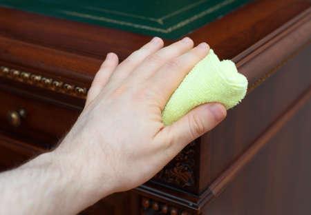 muebles antiguos: La mano del hombre se limpia el polvo de muebles antiguos.