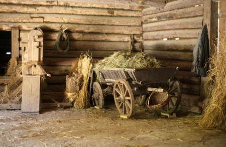Drewniany wózek z siana w starej stodole.