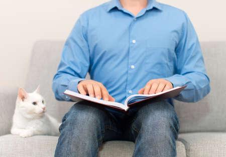 braille: ciego libro de lectura en braille en el sof�.