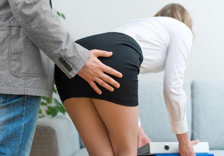 64261164-el-acoso-sexual-en-el-trabajo-hombre-tocando-el-trasero-de-la-mujer-.jpg?ver=6
