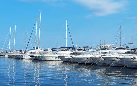 Muchos yates de lujo y barcos en el puerto. Foto de archivo