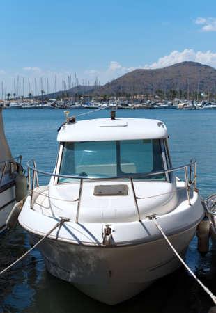 motorizado: Barco de motor amarrado en el muelle.