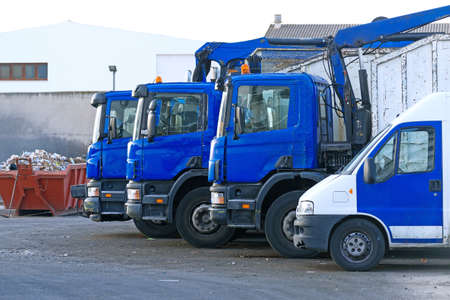 Weinig vuilniswagens op de parkeerplaats. Stockfoto