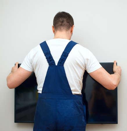 L'uomo di montaggio televisore a parete.