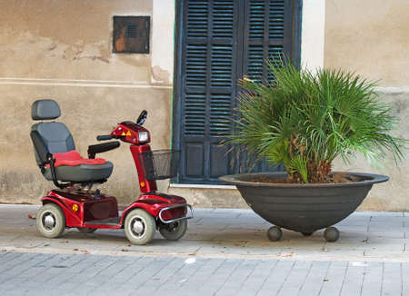 motorizado: Motorized wheelchair car for disabled people.