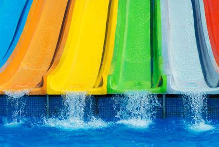 Kleurrijke plastic waterglijbanen in aquapark. Stockfoto