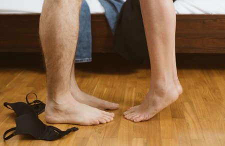 Vrouw en man maken liefde in de slaapkamer. Stockfoto