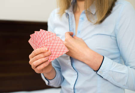 女性で自宅ストリップ ポーカーをプレイします。 写真素材