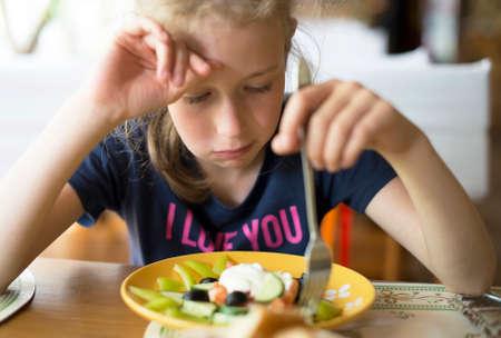 La bambina non vuole mangiare pasto nel ristorante. Archivio Fotografico - 82274853