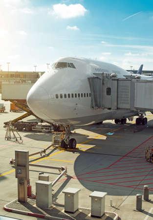 Passagiersvliegtuig op de luchthaven. Onderhoud van vliegtuigen. Stockfoto