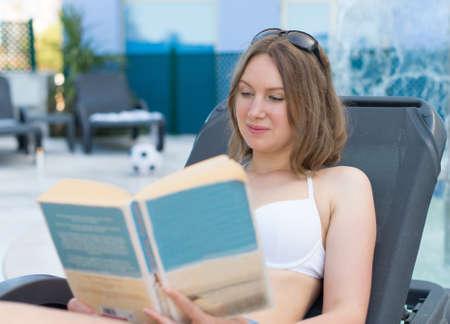 물 풀 근처 책을 읽고 여자입니다.
