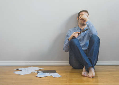 Man in stressed situation, no money to pay his bills. Archivio Fotografico