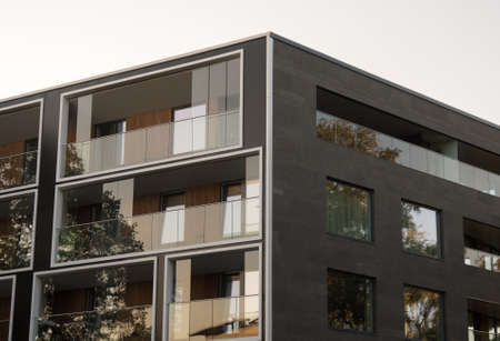 Fachada del nuevo edificio de apartamentos moderno.