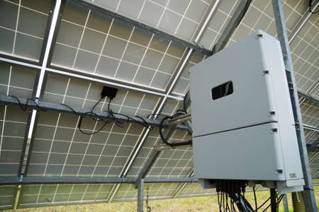 Omvormer achter de zonnepanelen. Hernieuwbare energie.