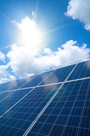 Blauwe zonnepanelen over blauwe hemel. Hernieuwbare energie.