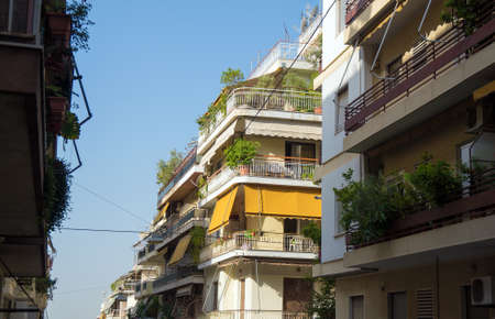 Typische Griekse straat in Athene in Griekenland. Stockfoto