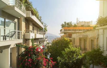 Rue grecque typique à Athènes en Grèce.