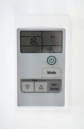 Panel de control de aire acondicionado en la pared. Vista de primer plano.