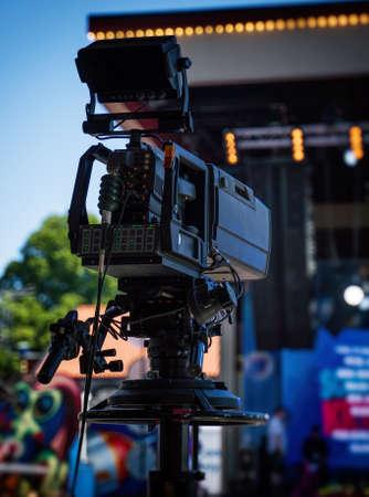 Une caméra vidéo professionnelle est prête à filmer le concert. Banque d'images