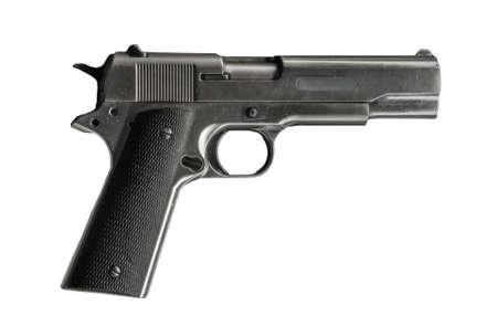 Pistolet militaire noir isolé sur fond blanc.