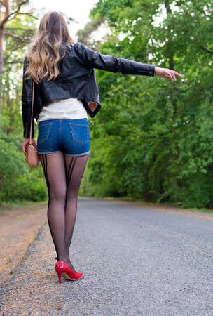Femmina in piedi vicino alla strada.