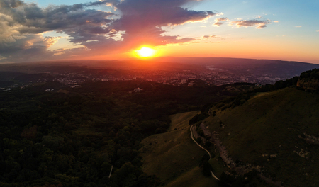 Sunset over Kislovodsk from the height of the throne near the mountain 免版税图像