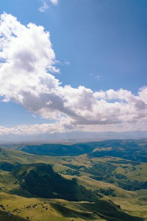 Vista desde la meseta de Bermuty en un día de verano. Colinas y nubes en la distancia. Foto de archivo