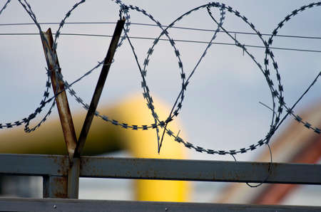 penetración: Barbed wire. It is used against people and stops attempts of penetration on the protected object.