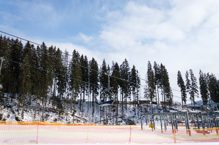 Side view of the ski slope and working chairlift in the ski resort 免版税图像