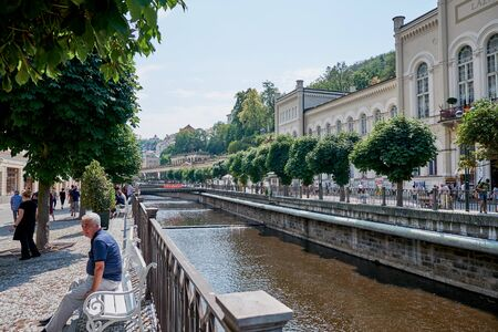 KARLOVY VARY, CZECH REPUBLIC - AUGUST 04, 2018 Side view of the river Tepla in the city center of Carlovy Vary Redactioneel