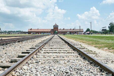Auschwitz-Birkenau gate, railway road, tourists Redactioneel