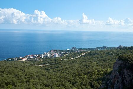 Panoramic view of the sea shore along the mountains in Crimea. Stockfoto