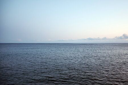 Side view of the sea, sky and line of horizon in the evening. Stockfoto