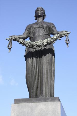 piskarevskoye 記念墓地で女性の像