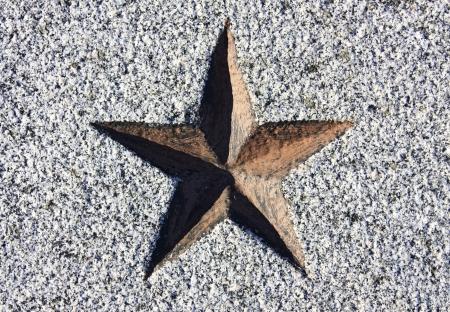 石に刻まれた赤い星