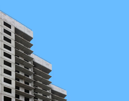 青い空を背景にコンクリートの建物 写真素材