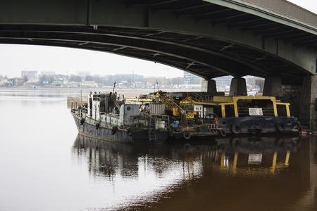 ブリッジの下にボート 写真素材