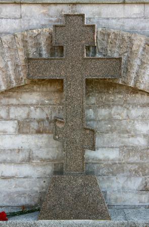 石の壁の前に大理石のクロス