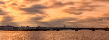 サンクトペテルブルクの寒い秋の夜