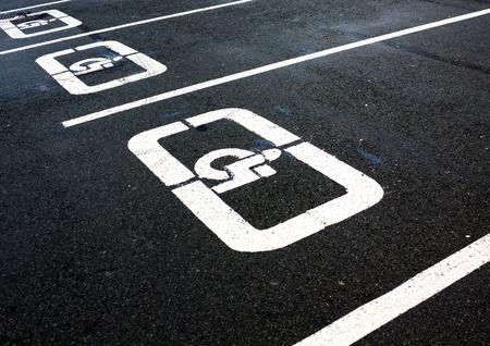 障害者駐車場はアスファルトの上署名します。