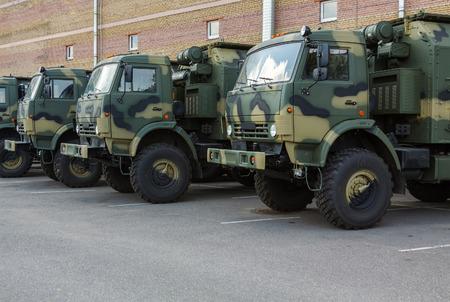 駐車場の新しい軍用トラック