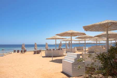 Sunny beach with wonderful sand coast and view on the sea. 免版税图像