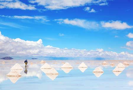 piramide humana: Trabajador de realizar la cosecha de sal en el salar Foto de archivo