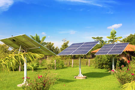 pila: Panel de las baterías solares en el jardín Foto de archivo