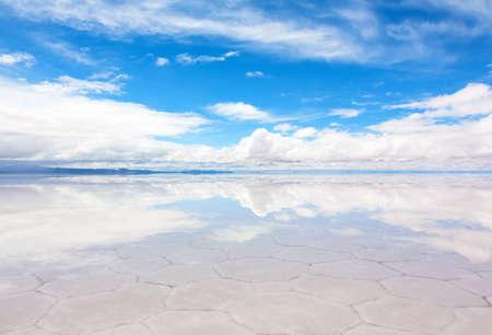 See Salar de Uyuni mit einer dünnen Schicht von Wasser Standard-Bild