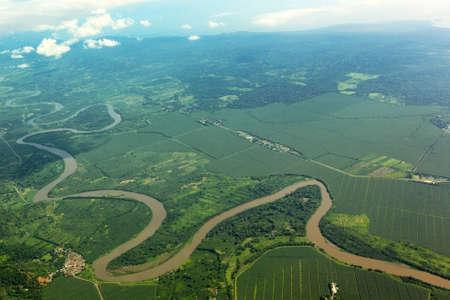 曲がりくねった川を空から
